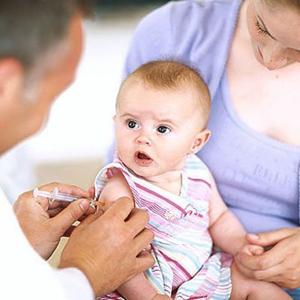 Đang uống kháng sinh thì có nên cho trẻ tiêm vắc xin?