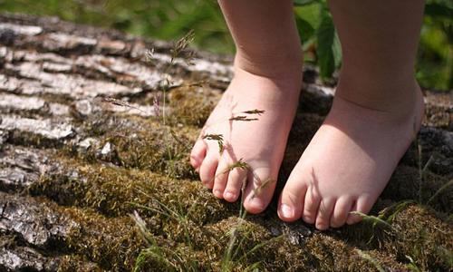 Lợi ích bất ngờ khi đi chân đất thời thơ ấu